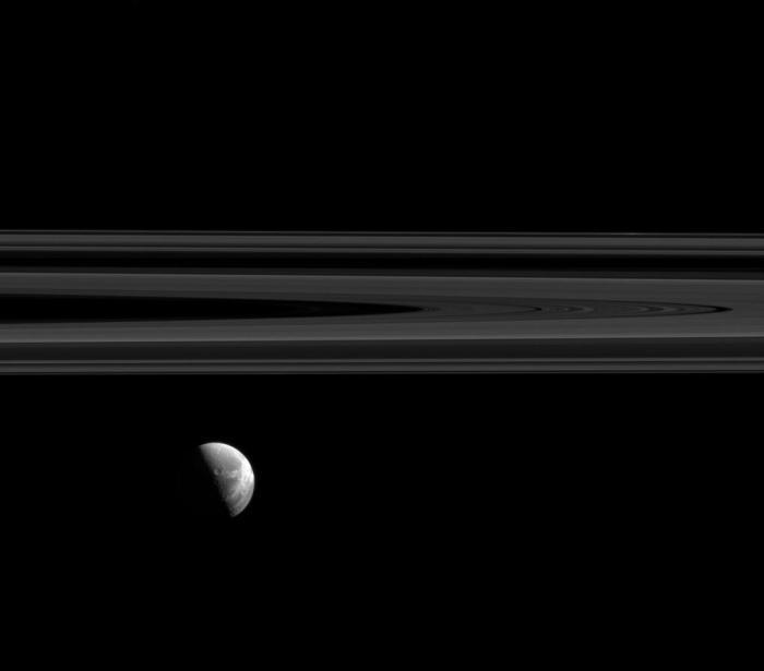 Dioné, l'une des lunes de Saturne en avant des anneaux, sur cette photo prise par la sonde Cassini le 15 août 2015. Photographie obtenue à une distance d'environ 1,7 million de kilomètres de Dioné (échelle de l'image est de 11 km par pixel) (Credit NASA / JPL-Caltech / Space Science Institute)