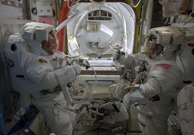 """Photo de Tim Peake : """"Tim et Scott prêt pour leur sortie dans l'espace"""" (credit ESA/NASA)"""