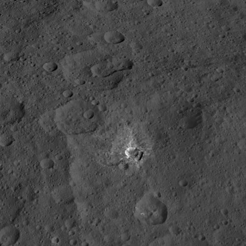 Photographie de la sonde Dawn de la NASA, le 17 octobre 2015, à partir d'une altitude de 1470 km, d'un cratère nommé Oxo, qui est d'environ 9 kilomètres de diamètre. Cette image a une résolution de 140 mètres par pixel (Credit NASA/JPL-Caltech/UCLA/MPS/DLR/IDA)