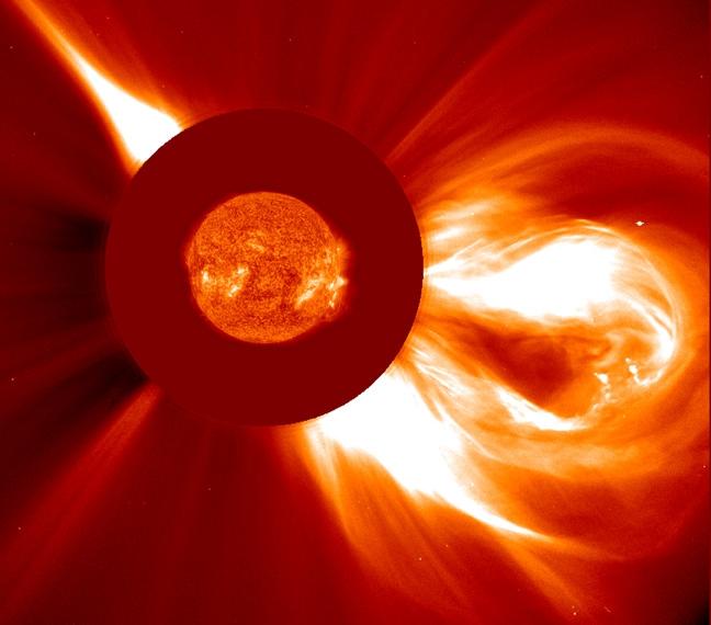 Grande éjection de masse coronale dans l'espace le 2 Décembre 2003. Image composite du Soleil d'une image de l'instrument EIT et d'une image du coronographe LASCO (credits ESA/NASA)