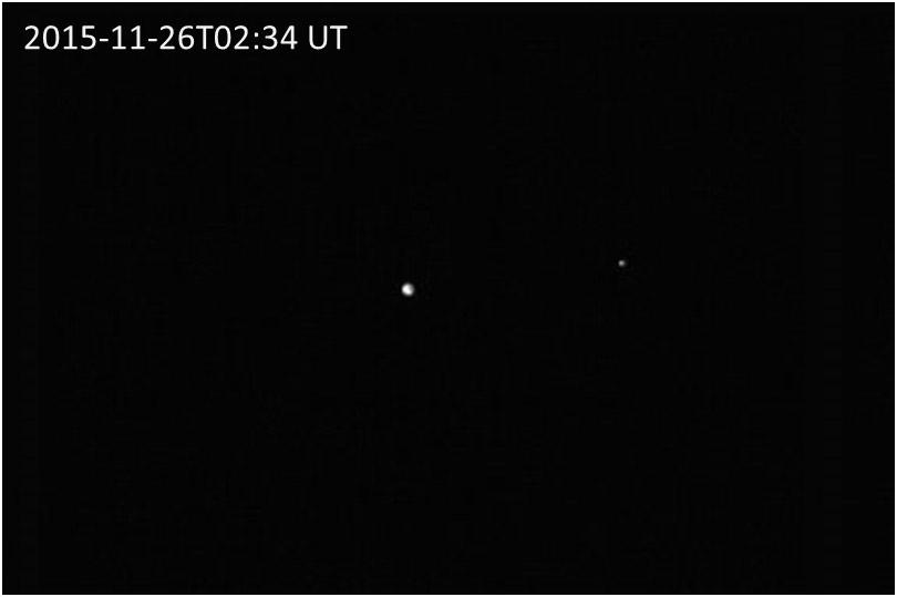 Le 26 Novembre 2015, la Terre (le point blanc au centre) et la Lune (le petit point blanc à droite) photographiées par Hayabusa2 (©JAXA).