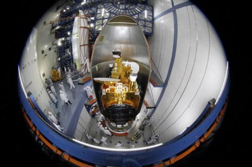Le satellite Belintersat 1 avant son encapsulation à l'intérieur de la coiffe de la fusée Longue March 3B (Crédit: Belintersat)