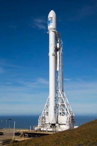 Le lanceur Falcon 9 sur le pas de tir pour le lancement de Jason 3 (credit SpaceX)
