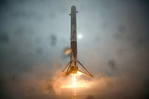 Tentative d'atterrissage du premier étage du lanceur Falcon 9 sur une barge sur l'Océan Pacifique (source SpaceX)
