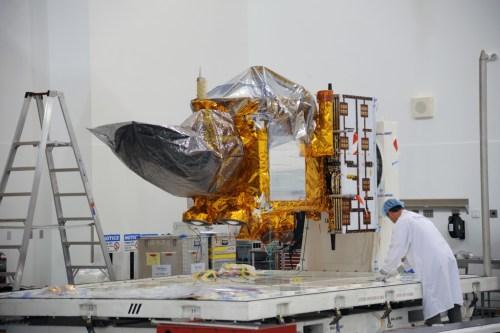 Le satellite Jason 3 en préparation à la base de Vandenberg (crédits NASA)