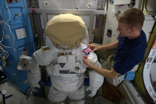 Tim Peake prépare son scaphandre avant la sortie spatiale du 15 janvier (Credit NASA /ESA)