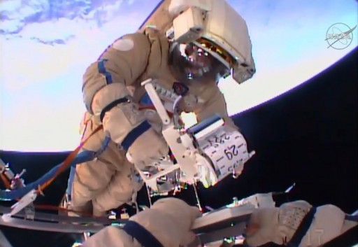 Yuri Malenchenko installe l'expérience Restavratsiya lors de la sortie spatiale du 3/02/16 - EVA 42 (credit Scott Kelly / NASA)