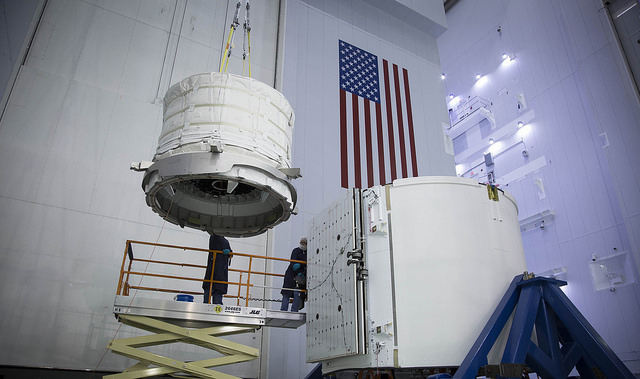Installation de l'habitat extensible de Bigelow Aerospace, BEAM, dans la soute du cargo Dragon SpX8 (credit SpaceX)