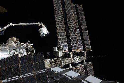 Le bras Canadarm2 a extrait le module BEAM du cargo Dragon CRS-8 le 16/04/2016 pour son installation à la Station, ici photographié par l'astronaute Tim Kopra (credit NASA)