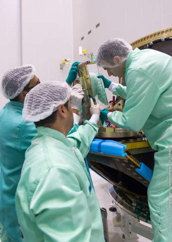 Le système de déploiement des 3 cubesats du vol Soyouz VS143 en cours d'intégration sur la lanceur (credits CGS/Arianespace/CNES/ESA)
