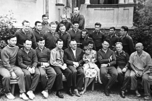 1er groupe de cosmonautes, mai 1961 De gauche à droite, assis - Pavel Popovich, Gorbatko, S.Hrunov, Youri Gagarine, S. Korolev, N.Koroleva avec sa fille Natasha Popovich, 1er chef du Centre de formation des cosmonautes E.Karpov, N.Nikitin, chef TSNIIAK E.Fedorov. Rangée du milieu: Alexei Leonov, Nikolaïev, M.Rafikov, D.Zaikin, B.Volynov, Titov, G.Nelyubov, V.Bykovsky, G.Shonin. Rangée du haut: Filatov, I.Anikeev, P.Belyaev. © ITAR-TASS