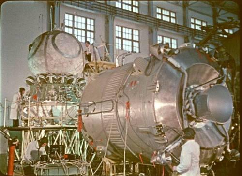 Le Vostok 1 en cours d'assemblage (source Tezio, espace-passion)