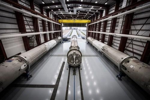 Le hangar de stockage de SpaceX à Cap Canaveral avec les 3 premiers étages rentrés sur terre (Credit SpaceX)