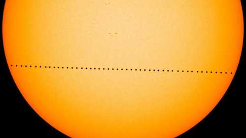 Image composite du transit de Mercureà travers le Soleil, le 9 mai 2016, vu par la caméra HMI du SDO (Solar Dynamics Obersvatory) de la NASA. HMI est un instrument destiné à étudier le champ magnétique à la surface solaire, ou photosphère. (Crédit: NASA / SDO)