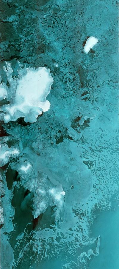 Première bande de données de Sentinel-1B qui s'étend 600 km à 80°N à travers la mer de Barents. L'image, qui montre l'archipel norvégien du Svalbard sur la gauche, a été capturée le 28 Avril 2016 au 05:37 GMT, seulement deux heures après le radar du satellite ait été allumé (Contains modified Copernicus Sentinel data [2016], processed by ESA)