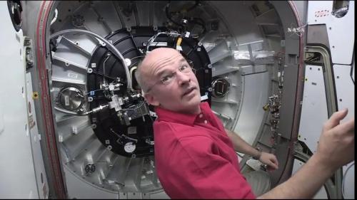 L'astronaute Jeff Williams surveille le déploiement de BEAM à partir du module Tranquility de l'ISS (Crédit: NASA TV)