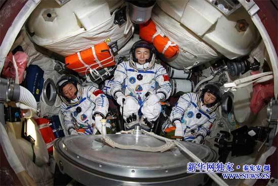 Liu Wang, Jing Haipeng et Liu Yang (de gauche à droite) dans le vaisseau Shenzhou 9