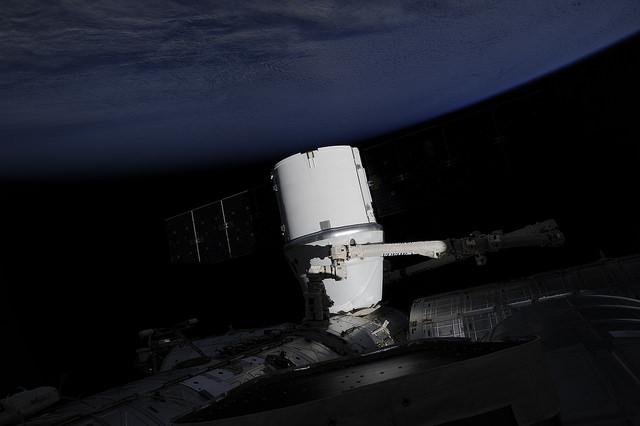 dragon_CRS_9_docking_ISS