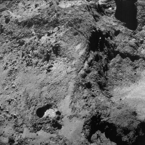 Photo de la surface de la comète 67P prise par Rosetta  à environ 7 km du centre du noyau de la comète 67P / Churyumov-Gerasimenko.  L'échelle moyenne est de 0,55 m / pixel et l'image mesure environ 570 m de diamètre. (Crédit ESA/Rosetta/NavCam – CC BY-SA IGO 3.0)