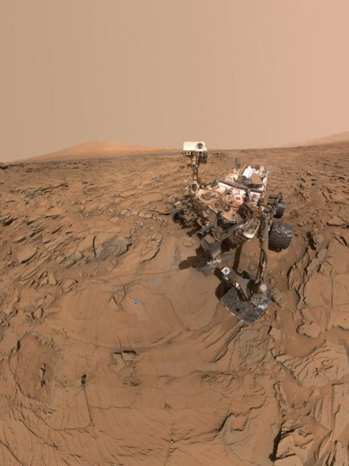 Cette auto-portrait du rover Curiosity le montre sur un site de forage d'échantillon appelé 'Okoruso,' sur le 'Plateau Naukluft' en bas du mont Sharp. La photo combine plusieurs images prises avec la caméra Mahli le 11 mai 2016 au cours du SOL 1338 (ou journée martienne) des travaux du rover sur Mars (Crédit image: NASA / JPL-Caltech / MSSS)