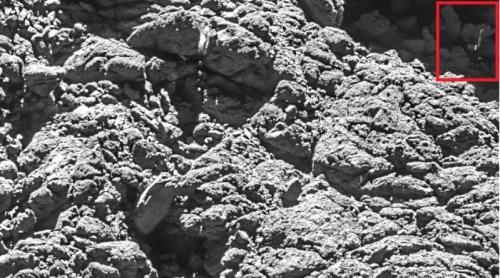 Image traitée de la caméra OSIRIS de la sonde ROSETTA prise le 2 Septembre 2016 à une distance de 2,7 km où Philae a été définitivement identifié. L'échelle de l'image est d'environ 5 cm / pixel. (© ESA/Rosetta/MPS for OSIRIS Team MPS/UPD/LAM/IAA/SSO/INTA/UPM/DASP/IDA)