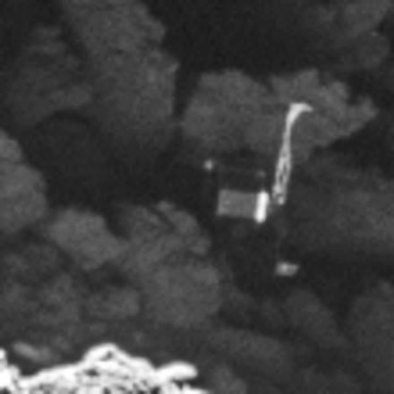 Image traitée de la caméra OSIRIS de la sonde ROSETTA prise le 2 Septembre 2016 à une distance de 2,7 km. Ici zoom sur Philae. L'échelle de l'image est d'environ 5 cm / pixel (© ESA/Rosetta/MPS for OSIRIS Team MPS/UPD/LAM/IAA/SSO/INTA/UPM/DASP/IDA)