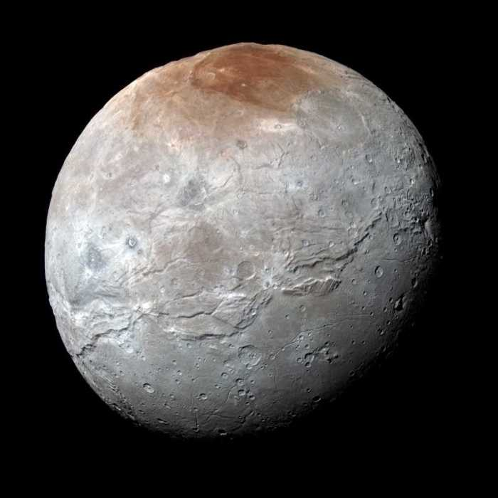 Image haute résolution en couleur améliorée de la lune Charon de Pluton, prise par la sonde New Horizons le 14/07/2015. La région polaire surnommée Mordor Macula présente un aspect rouge étonnant (credit : NASA/Johns Hopkins University Applied Physics Laboratory/Southwest Research Institute)