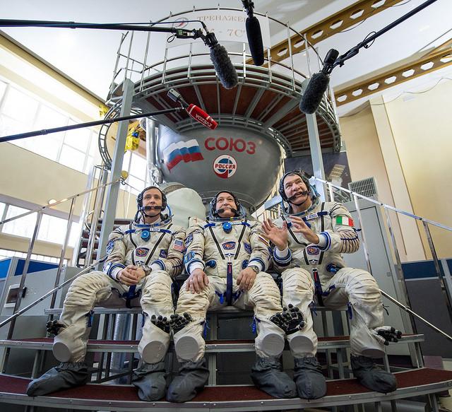 L'équipage de réserve de l'Expedition 50/51 devant le simulateur Soyouz à la Cité des Etoiles : (à gauche) Jack Fisher (centre) Fyodor Yurchikhin et ESA astronaut Paolo Nespoli (à droite) (credits Bill Ingalls/NASA)