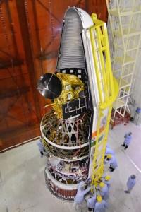 Mise sous coiffe des 8 satellites dont Scatsat-1 au sommet, pour le lancement PSLV-C35 (credit ISRO)