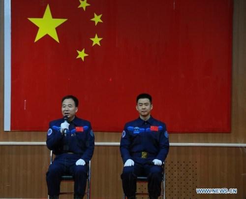 L'équipage de Shenzhou 11 présenté à la conférence de presse le 16/10/2016 : Jing Haipeng (à gauche) et Chen Dong (à droite) (Images: Xinhua)
