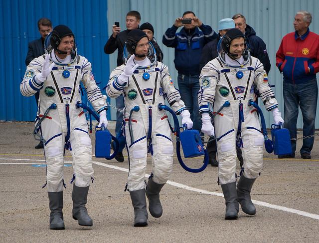 Expedition 49, Shane Kimbrough (gauche), Sergey Ryzhikov (centre) et Andrey Borisenko (droite) au moment du départ vers le pas de tir le 19/10/2016 (Credit: NASA/Victor Zelentsov)