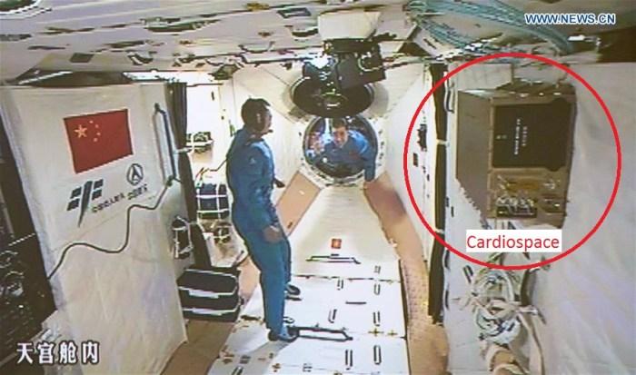 L'expérience française du CNES Cardiospace bien visible sur cette image de l'arrivée des taïkonautes dans le laboratoire spatial Tiangong-2 (credit Xinhua / Ju Zhenhua)