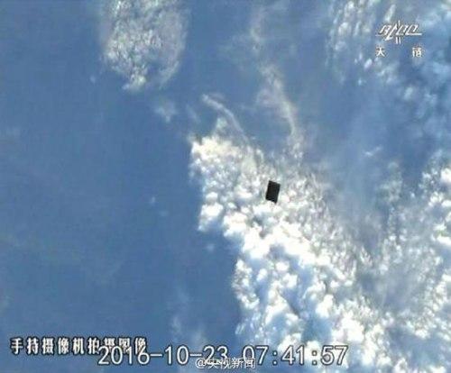 Le déploiement du satellite compagnon Banxing-2 depuis Tiangong-2 photographié par les taïkonautes à bord (credit CCTV)