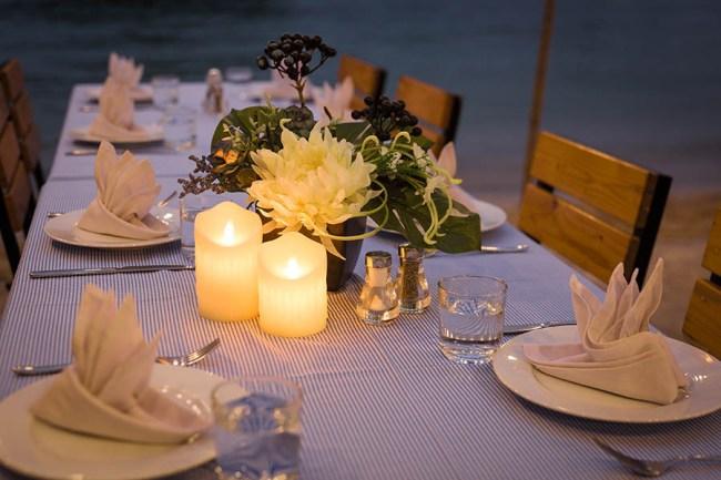 Bữa ăn tối trên bãi biển đảo Tự do Freedom Island