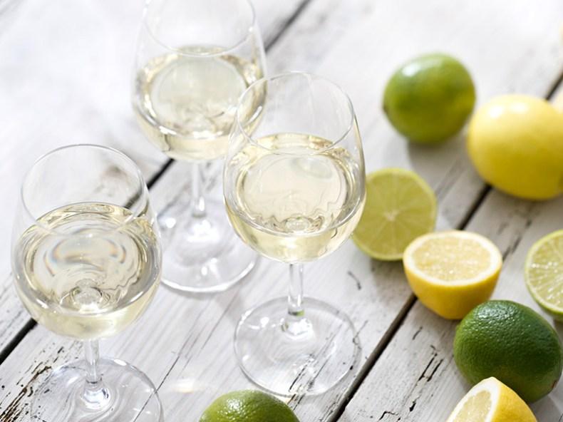 Taças e copos para festa de casamento vinho branco