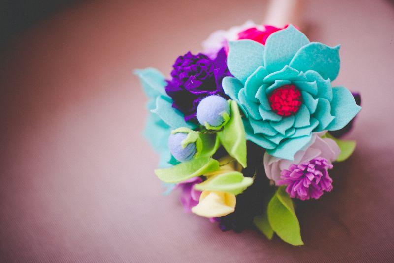 Buquê de noiva artificial colorido de feltro