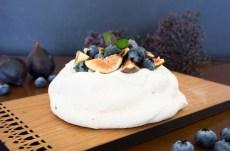 Pavlova, merengue con higos y mora azul