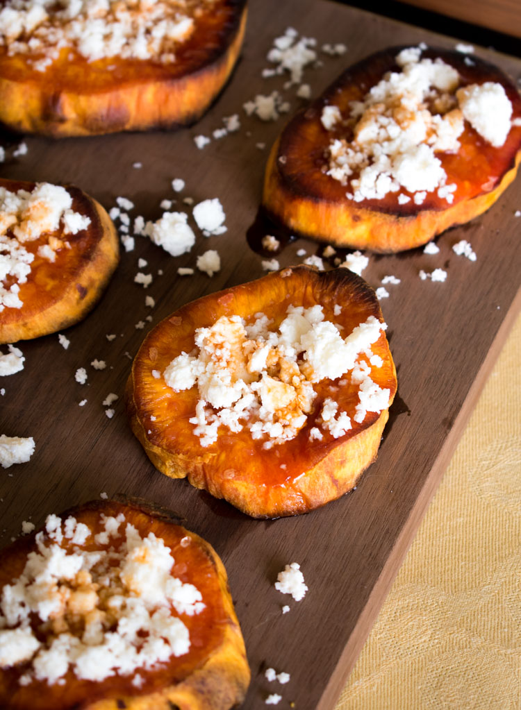 Camotes rostizados con queso crema y miel de chipotle