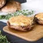 Portobellos rellenos de alcachofa y queso de cabra