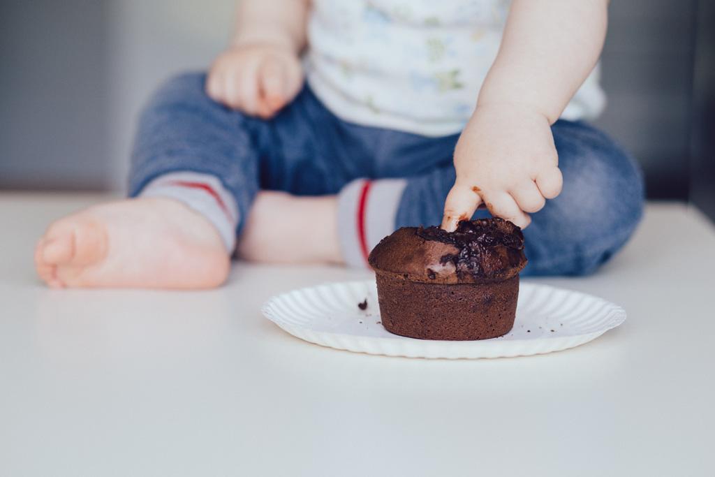 bebe comiendo tarta