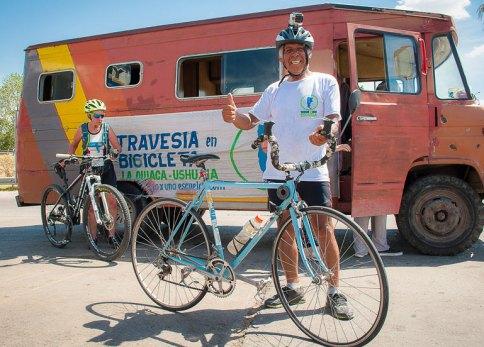 Ramón junto a su bicicleta y la casa rodante.