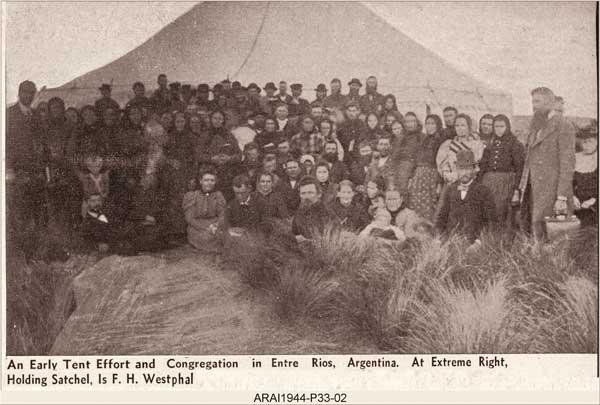 Campaña de evangelización realizada por el Pr. F. Westphal (a la derecha, con un portafolios) en una carpa en la provincia de Entre Ríos.