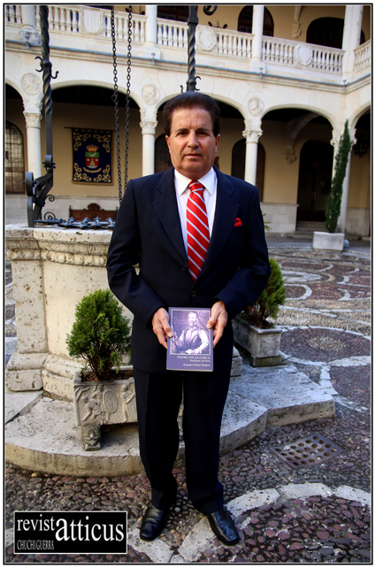 Alejandro Tudela con su libro Pedro La Gasca, pacificador del Perú