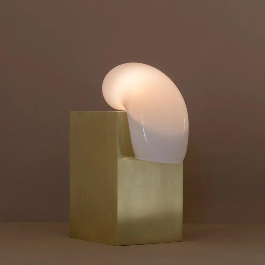 Lindsey Adelman El vidrio soplado pareciera derretirse sobre piedra en la lámpara de escritorio de la diseñadora estadounidenses Lindsey Adelman para la galería Nilufar Depot.