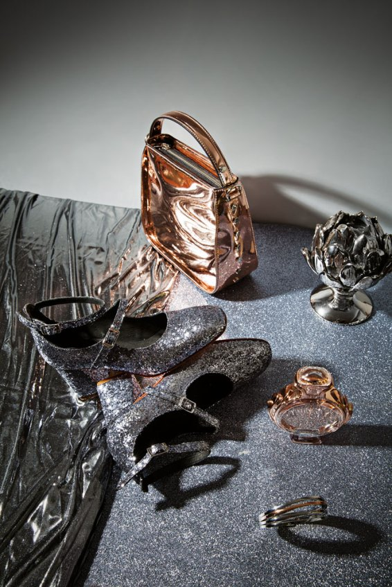 Cartera metalizada - Prüne Guillermina de glitter - Salman Perfume Olympea - Paco Rabanne Pulsera esclava - Calvin Klein