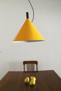 Trullo Luminaria colgante de chapa de hierro en color amarillo intenso, uno de los colores 'hit' de la temporada. Queda espectacular en alianza con muebles o paredes en tonos grises. Está hecha a mano con detalle en madera torneada. Tiene 50 cm de diámetro. Es un diseño de autor. (Juan Diciervo).