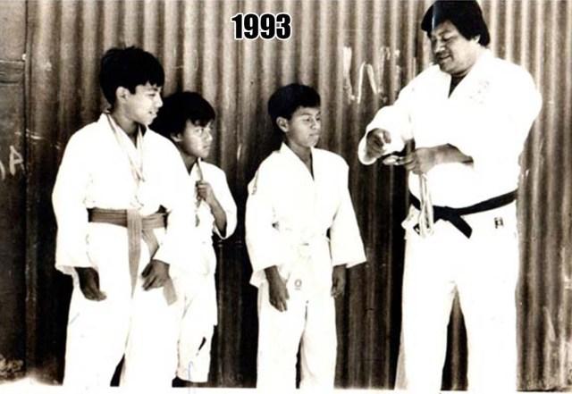 Sensei Oscar Castillo Morán junto a sus tres hijos varones.