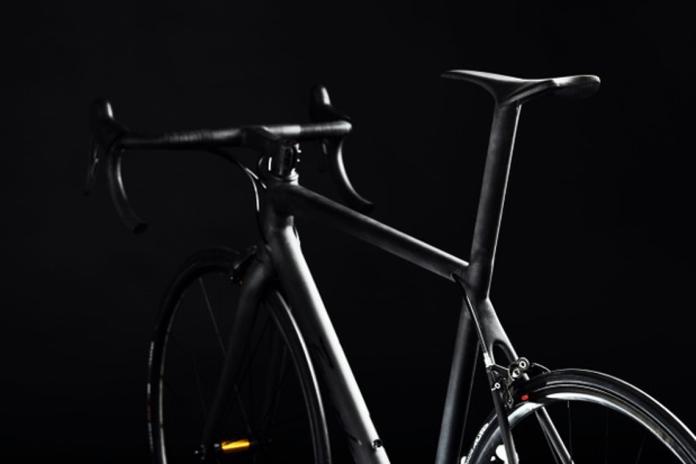Vista traseira da bicicleta de estrada Berk de 3,9 kg, incluindo combinação integrada de mastro e sela