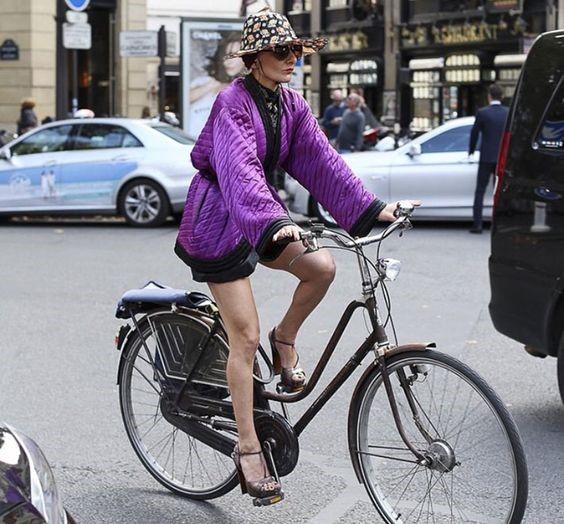 mulher estilosa de bicicleta