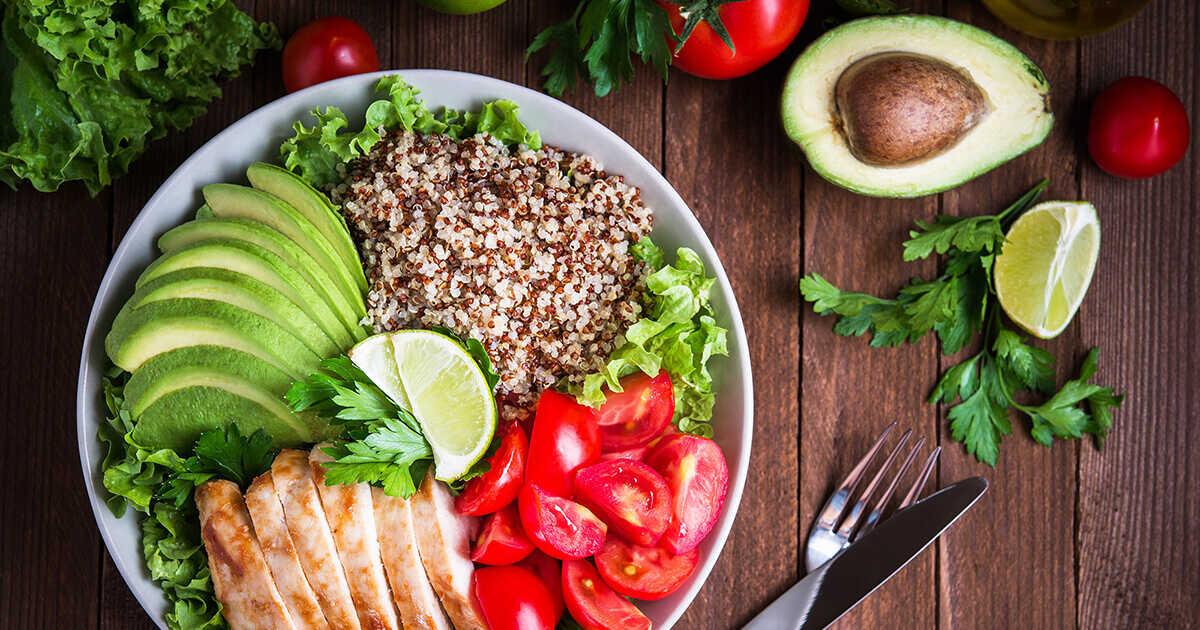Salată cu pui și quinoa